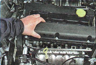 Remove the valve cover of the Chevrolet Aveo