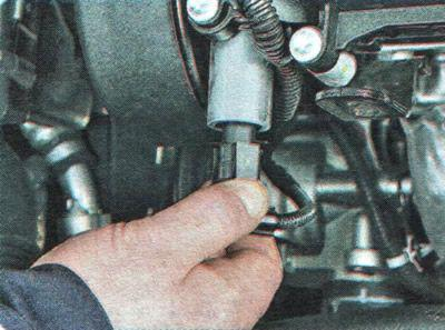 Unscrew the chip of the electromagnetic valve Chevrolet Aveo