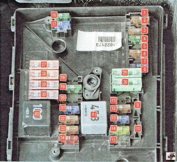Монтажный блок, установленный в моторном отсеке автомобиля Шкода Октавия А5