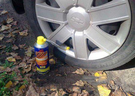 Ремонт камерной шины в дороге с помощью аэрозоли