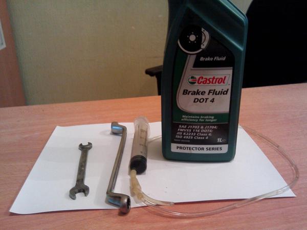 Инструменты необходимые для замены тормозной жидкости